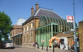 Crystal_Palace_stn_building_May2010